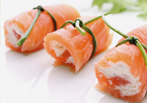 canape de rollito de salmon ahumado con queso