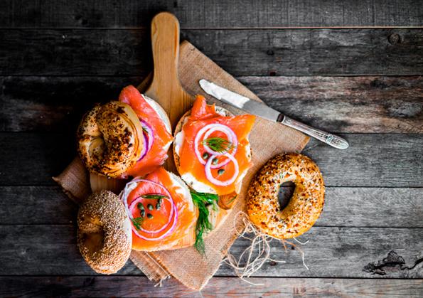 roscas de salmon, queso, cebolla y eneldo