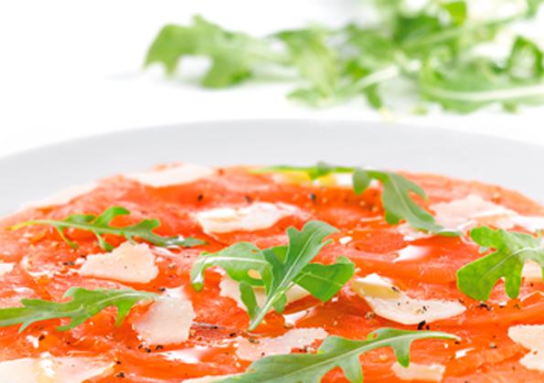 plato de carpachio de salmon ahumado con rucula y laminas de queso parmesano