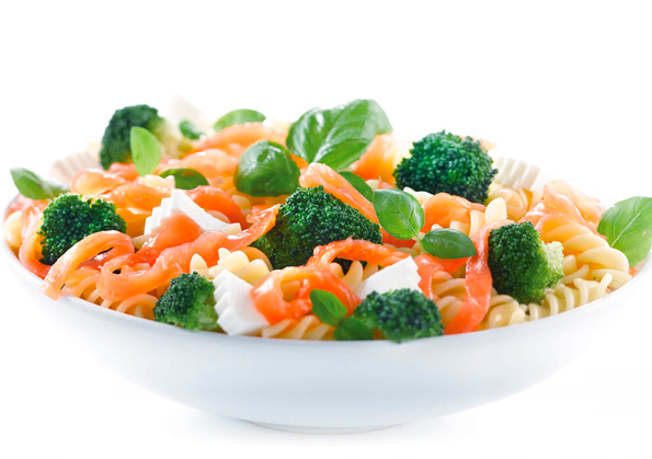 ensalada fitness de pasta, salmon ahumado y brocoli