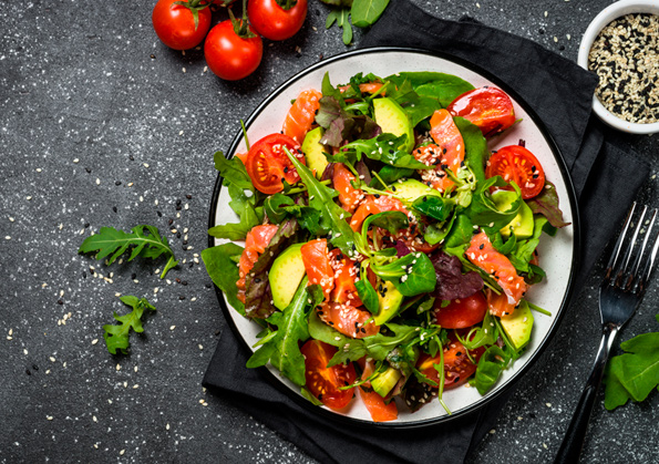 ensalada con salmon ahumado, rucula, aguacate y tomate