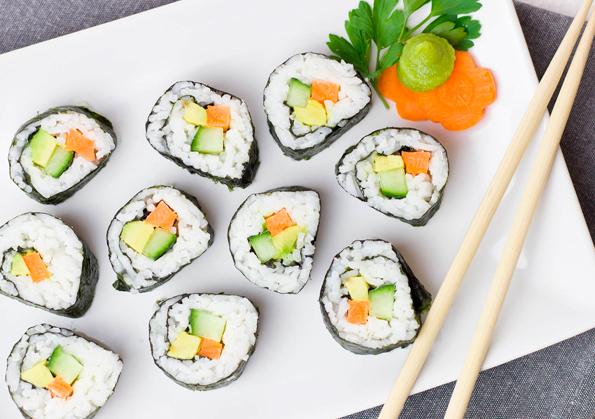 rollos de sushi con salmon aguacate y pepino