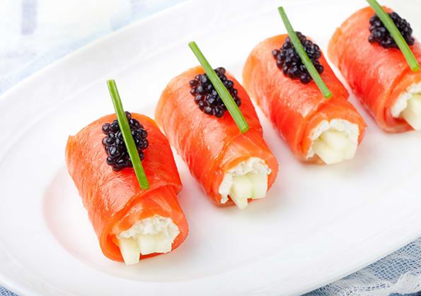 rollitos de salmon con caviar y queso cabrales