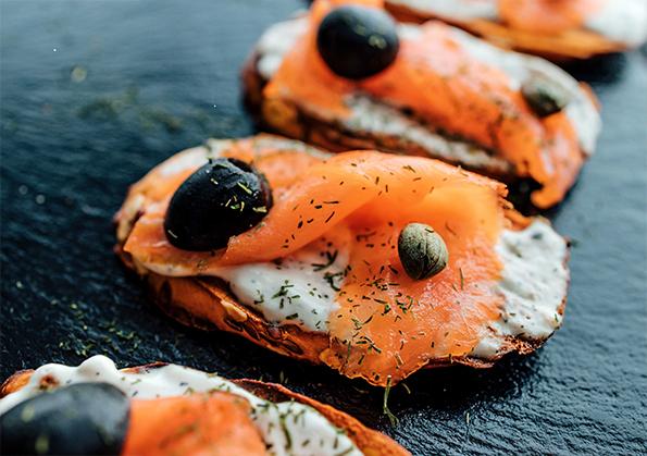 tostas de salmon ahumado con aceite de oliva virgen extra, salsa tartara y encurtidos