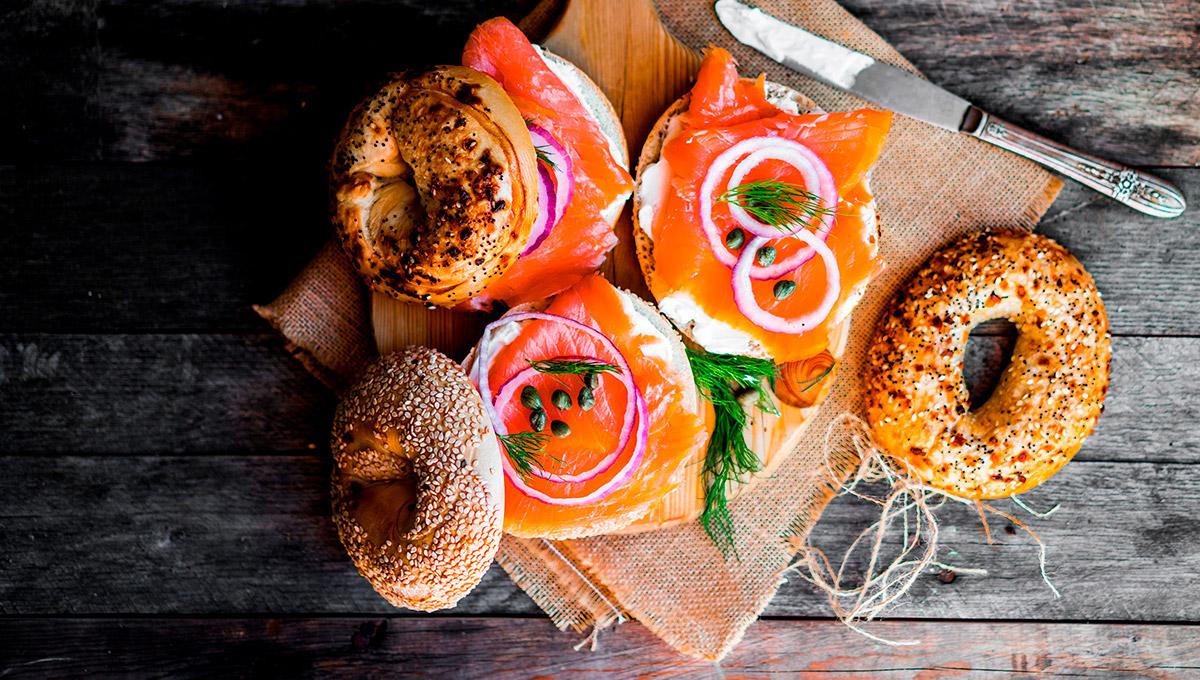 preparación de roscas de salmón ahumado skandia, eneldo y queso
