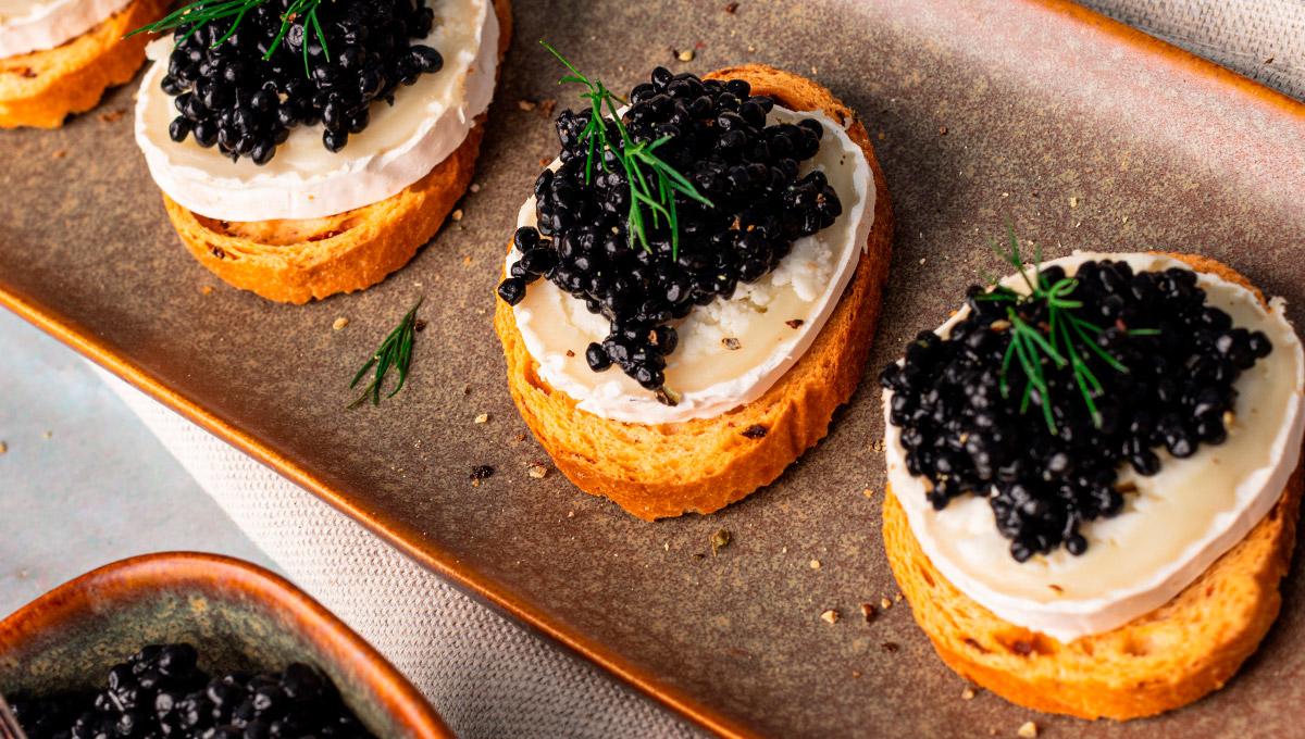 canapes de caviar y queso de cabra