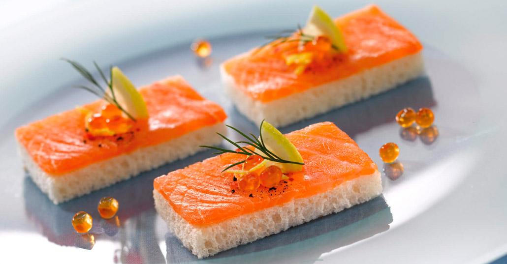 pinchos de salmon ahumado y aguacate