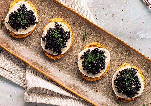 pinchos de sucedaneo de caviar negro