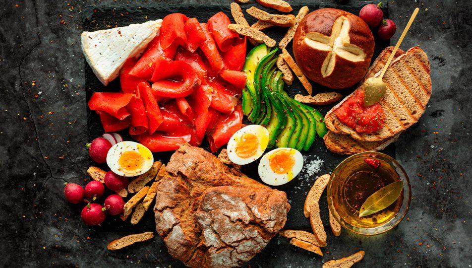 preparar almuerzo con salmon ahumado rojo y aguacate