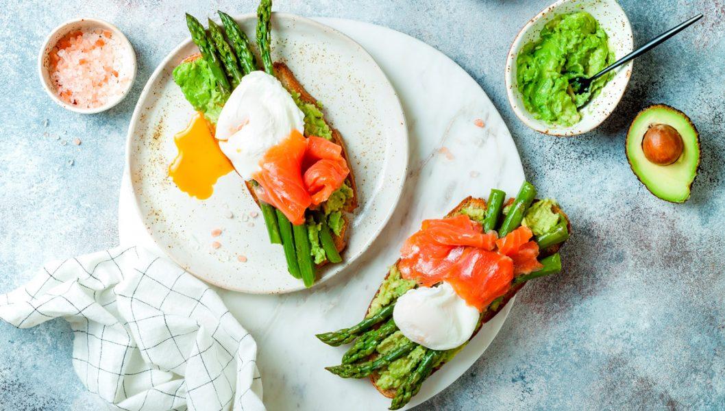 tosta de salmon marinado con esparrragos trigueros y huevo poche