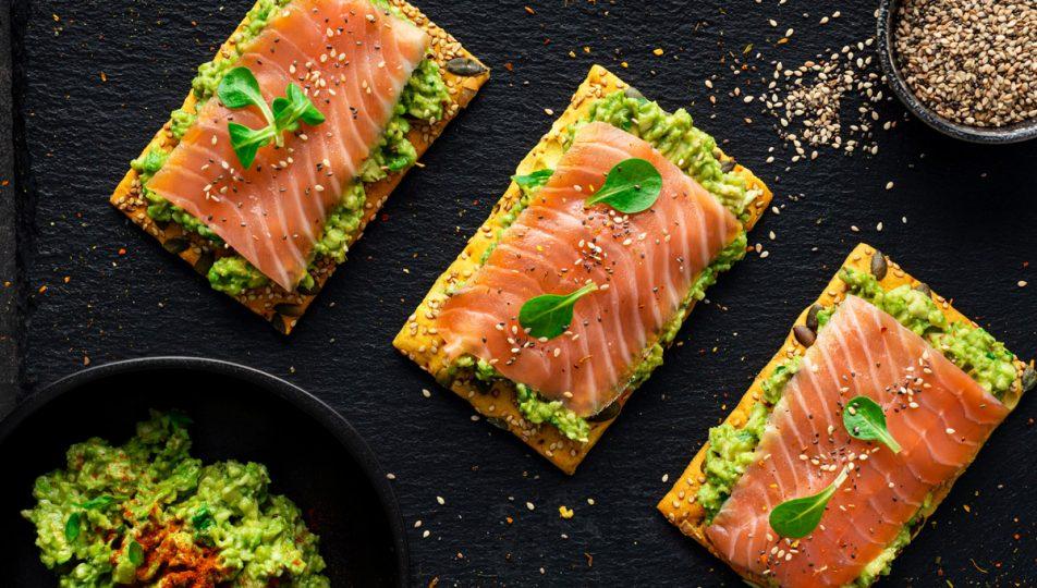 pincho de tosta con salmon ahumado y aguacate