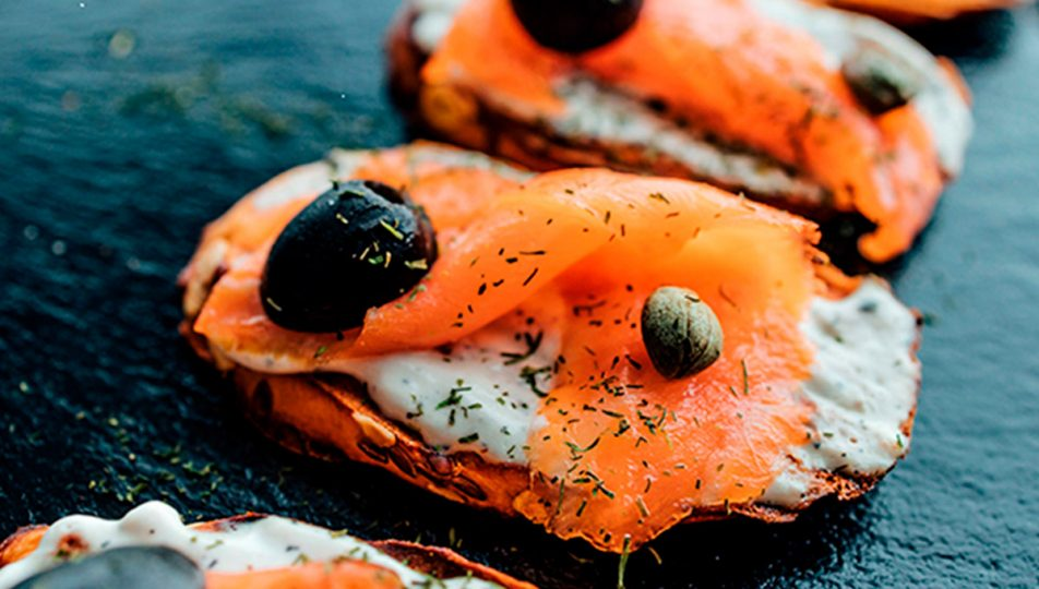 como preparar tostas de salmon en avove y salsa tartara